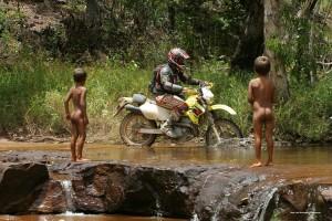 mit dem Motorrad durch den Dschungel
