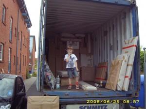 Der Container wartet vor der Tuer
