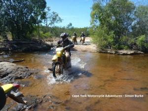 Flussdurchquerung mit Motorrad,Australien