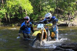 mit Motorrad durch Fluss