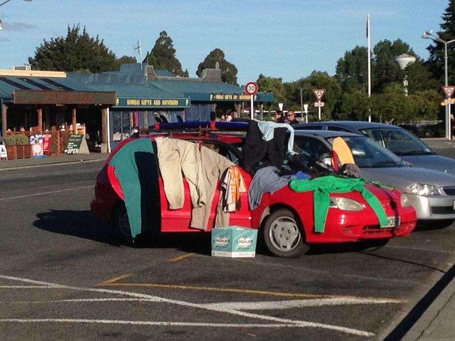 Backpacker Auto mit Kleidung